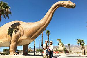 パームスプリングスからロサンゼルスに帰る道に突然現れる大きな恐竜たち!