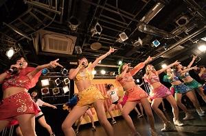 新曲「アッパーディスコ」をアプガメンバーに(2)メンバーがダンスで参加し…
