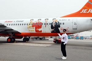 東方神起・ユンホ、チェジュ航空のラッピング機乗って…